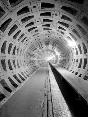 黑色和白色的混凝土隧道移动壁纸