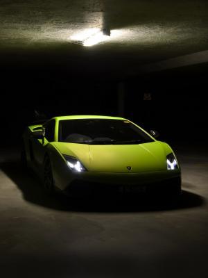 绿色汽车手机壁纸