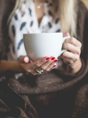 一杯茶手机壁纸的女人