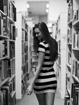 书籍书架黑发手机壁纸