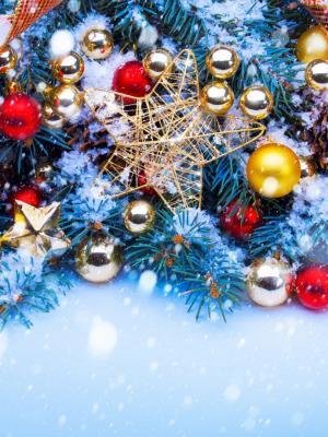 圣诞树装饰在红色和金色的移动壁纸
