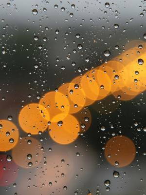 轻的雨水夜移动墙纸