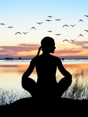 瑜伽放松姿势日落移动壁纸