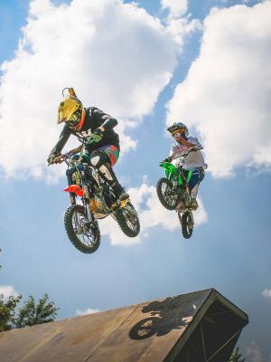 两个疯狂跳跃的Pitbikers手机壁纸