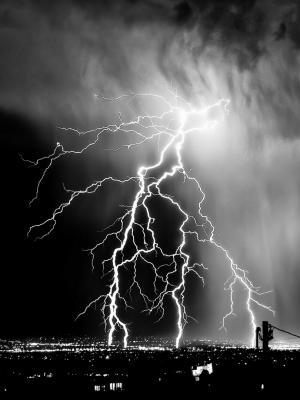 闪电单色风暴手机壁纸