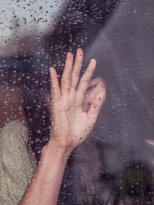 人女人手多雨移动壁纸