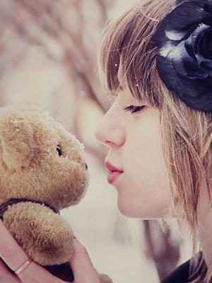 女孩亲吻泰迪熊手机壁纸