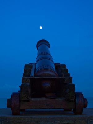 夜晚的大炮月亮手机壁纸
