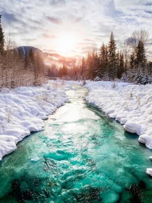 美丽的河在冬季移动壁纸